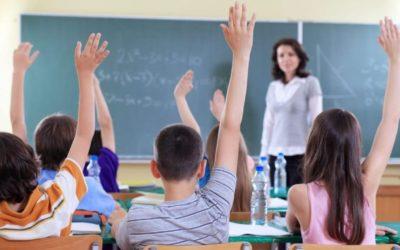 DeSantis firma proyecto de ley que aumentará salarios a los maestros de Florida